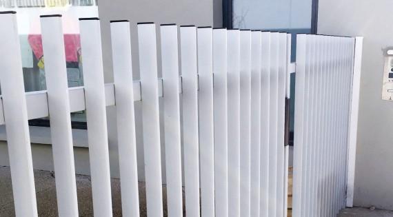 Clôture barreaux plats verticaux soudés sur lisse